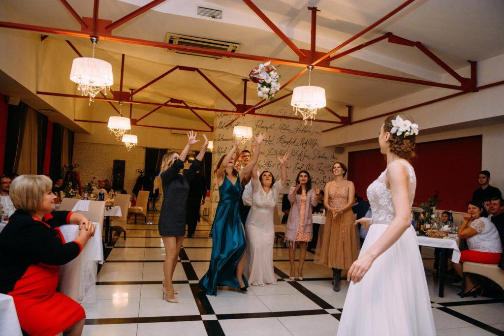 Бросание букета на свадьбе Киев