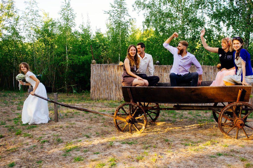 Веселая свадебная фотосессия