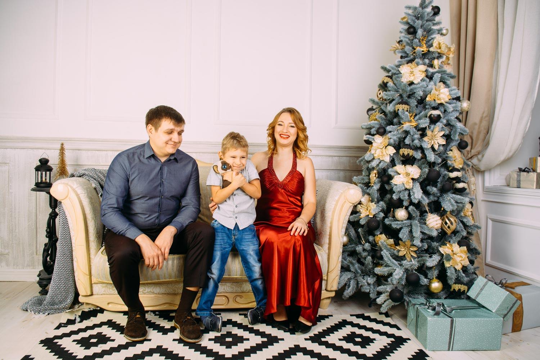 Фотографии семьи под елкой в Киеве