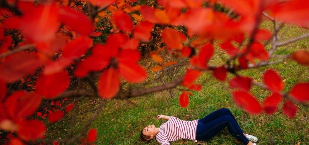Фотосессия осенью красные листья портрет девушка Киев