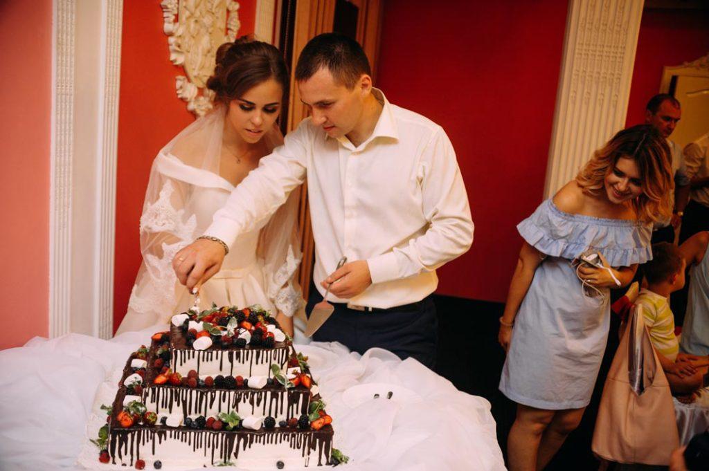Свадебные традиции разрезание торта